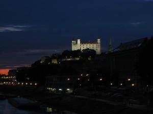 Burg von Bratislava bei Nacht