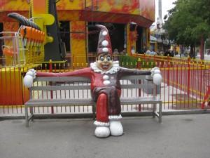 Clown auf der Bank